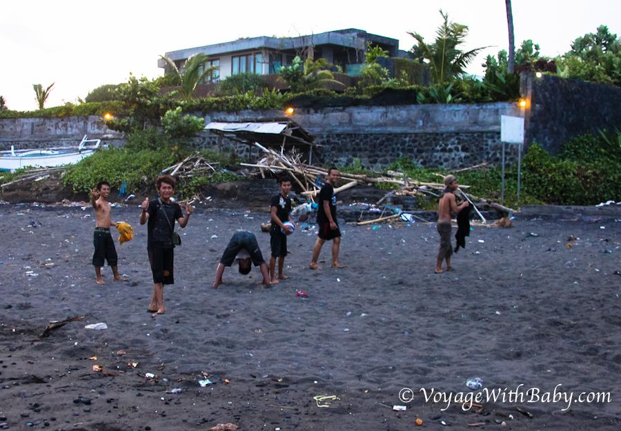 Пляж с черным вулканическим песком на Бали (Кетевел)