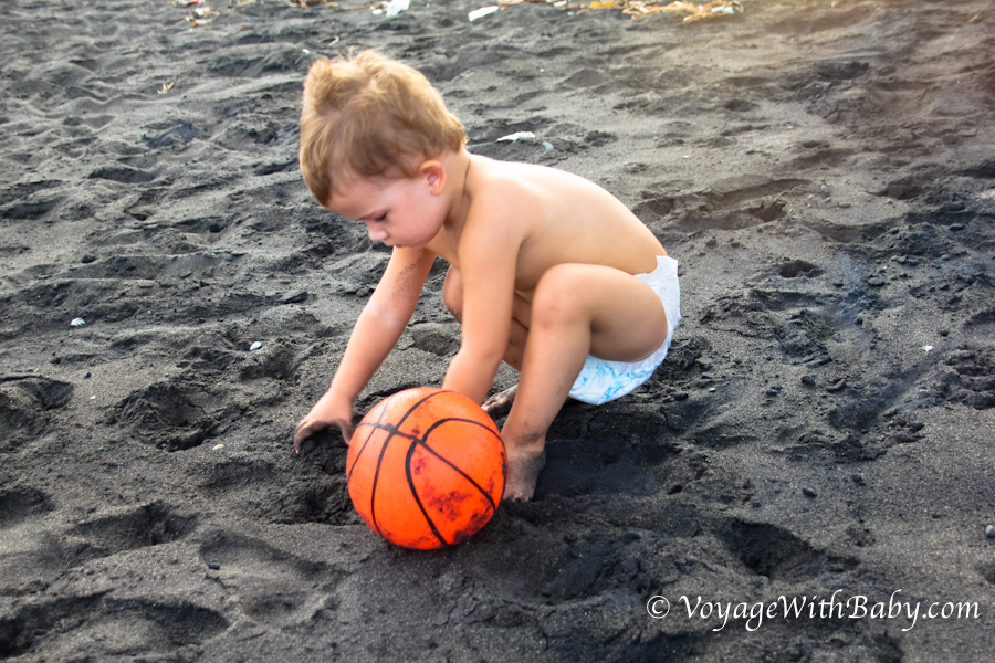 Черный песок на пляже Бали