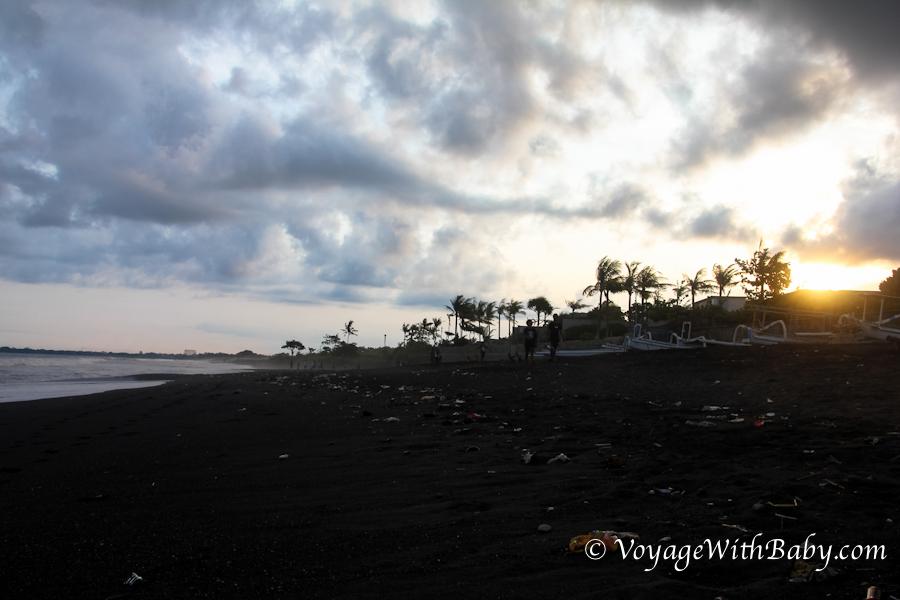 Закат на пляже с черным песком на Бали