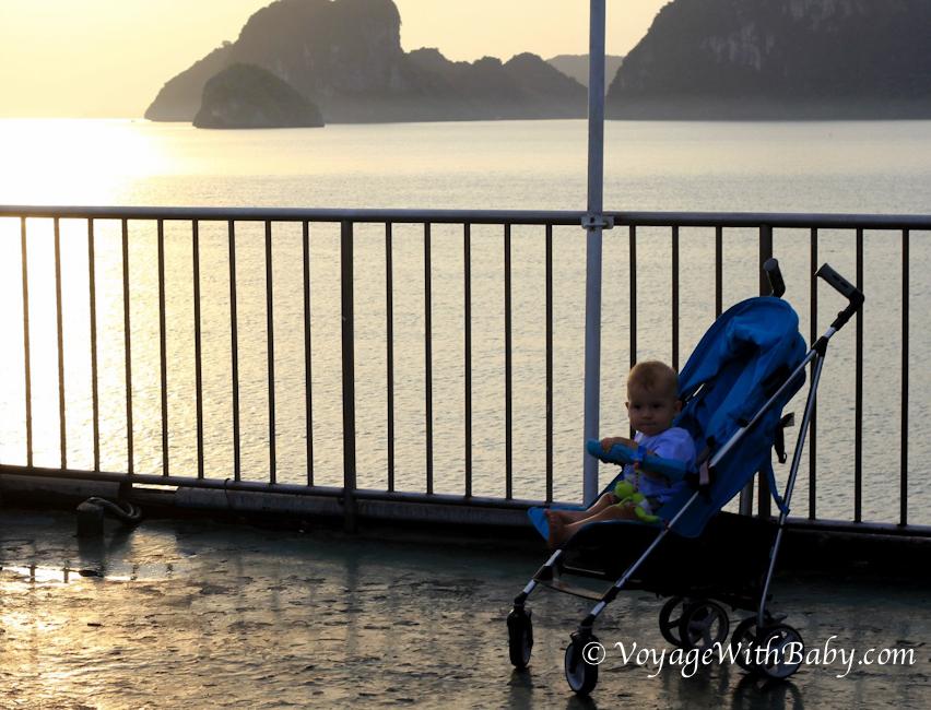 Мальчик в коляске встречает рассвет в Дон Саке (Таиланд)