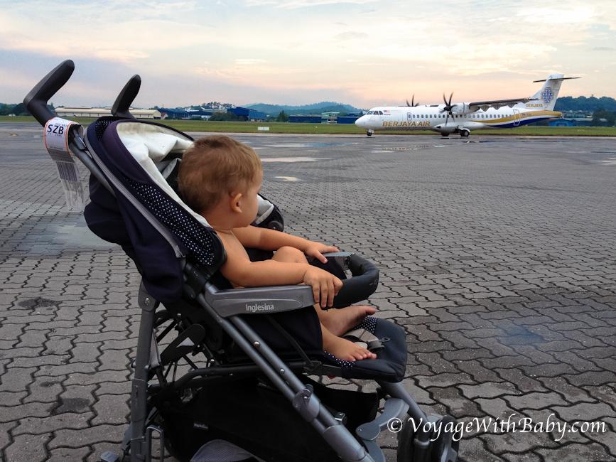 Ребенок в коляске в аэропорту
