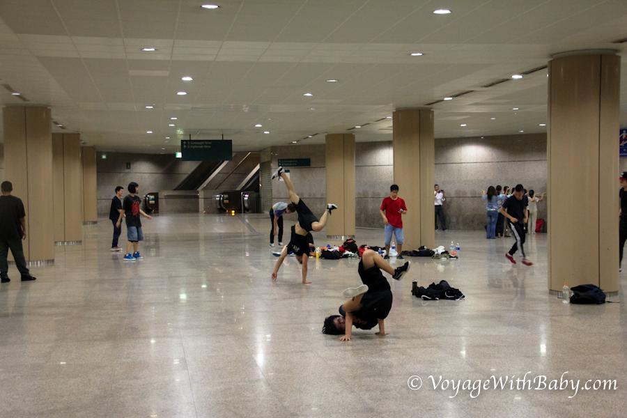 Брейкданс в подземном переходе в Сингапуре
