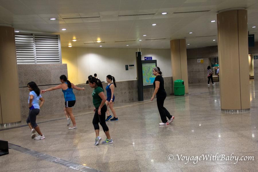 Танцы в подземном переходе в Сингапуре