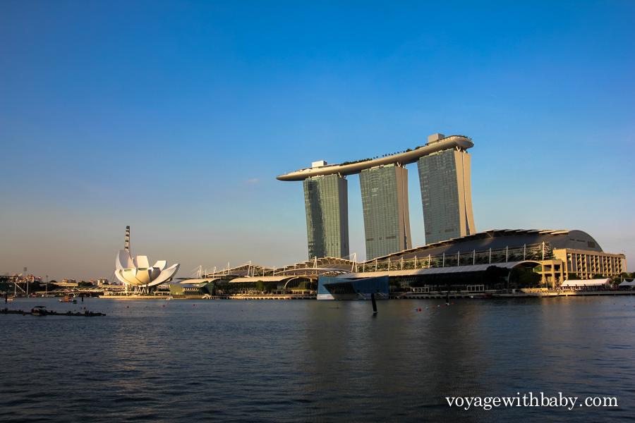 Вид на отель Marina Bay Sands и Музей науки и искусства в Сингапуре
