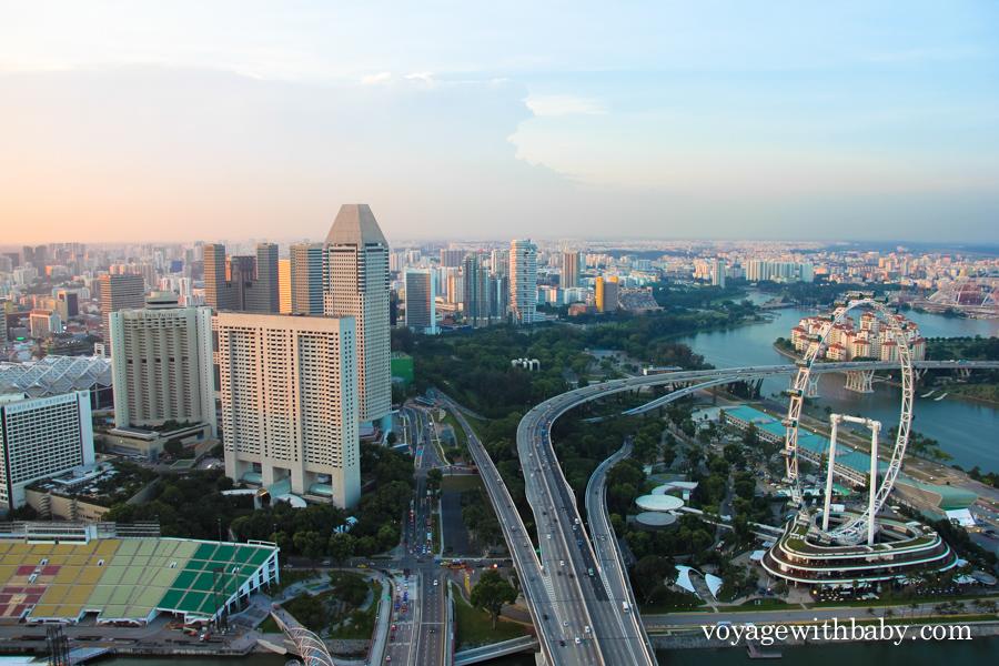 """Колесо обозрения Flyer, трасса """"Формулы-1"""" в Сингапуре, деловой квартал"""