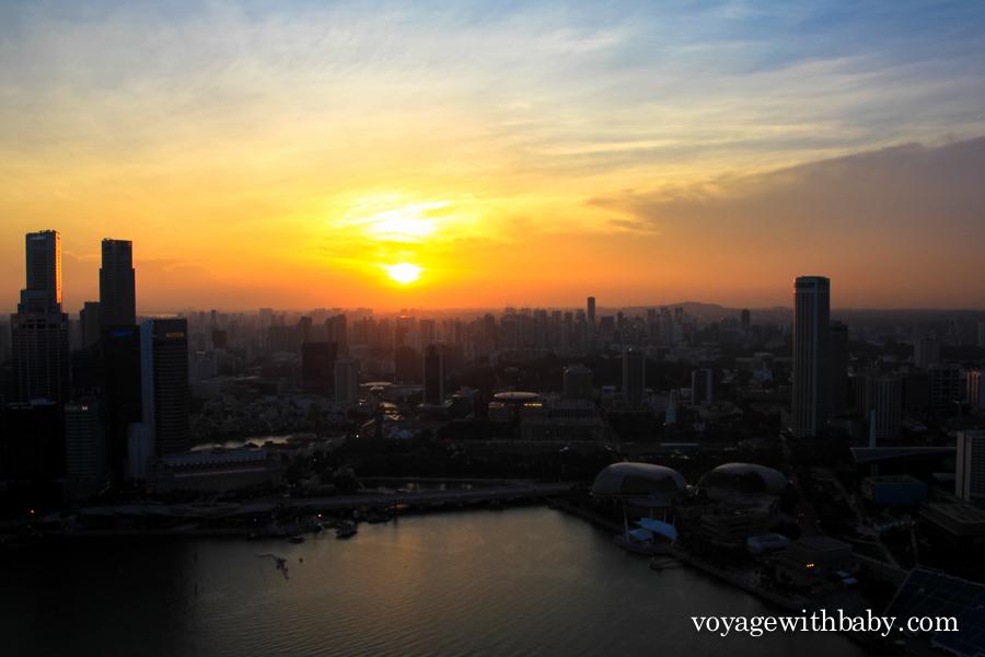 Закат в Сингапуре со смотровой площадки отеля Marina Bay Sands