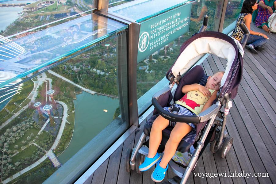 Ребенок спит на крыше отеля Marina Bay Sands