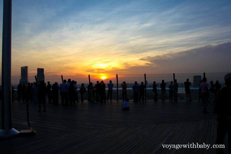 Туристы фотографируют закат в Сингапуре