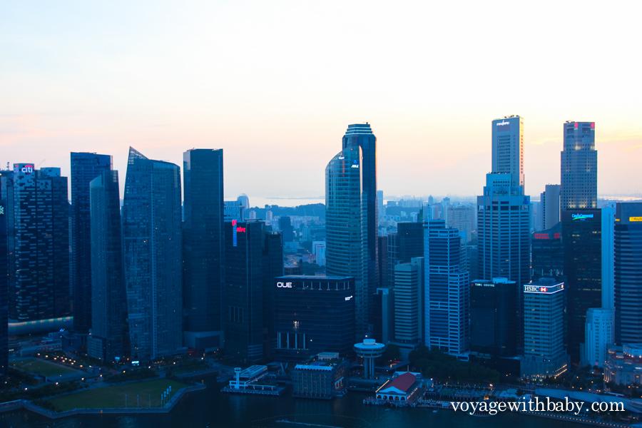 Небоскребы Сингапура в полумраке