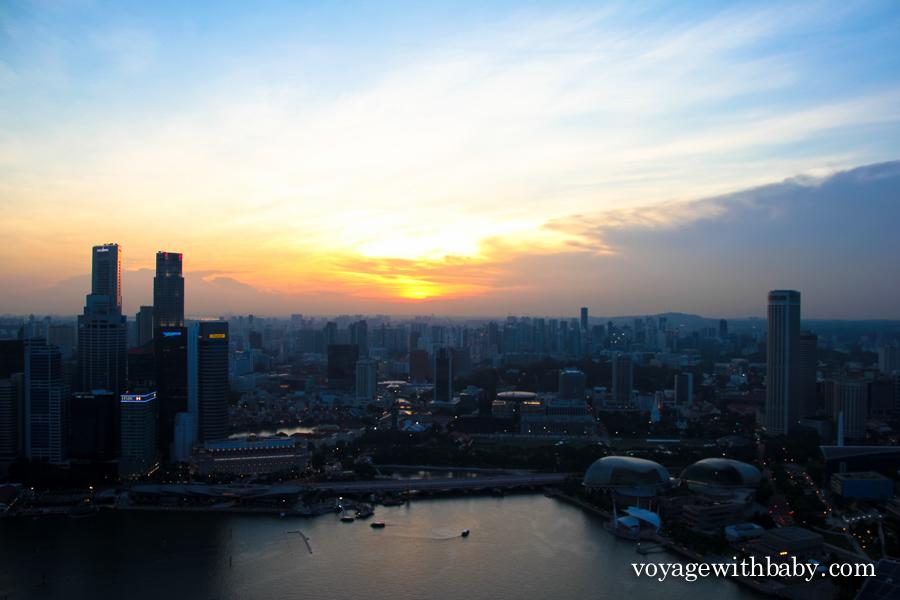 Закат в Сингапуре с крыши отеля Marina Bay Sands