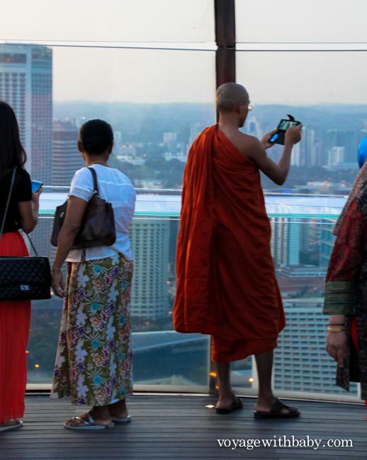 Монах на смотровой площадке Marina Bay Sands