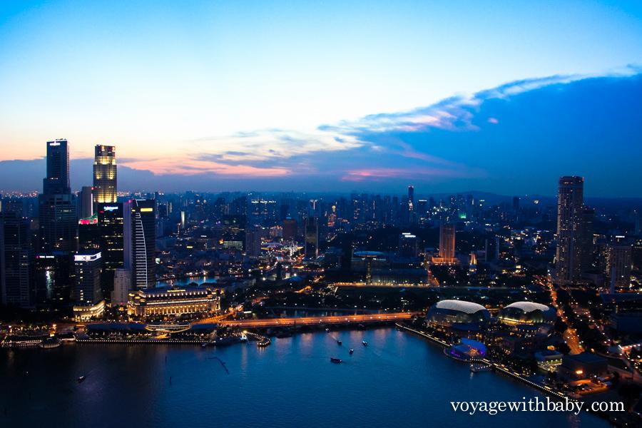 Сингапур вечером со смотровой площадки на крыше отеля