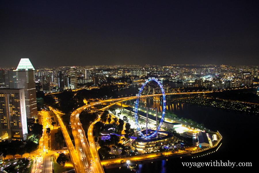 Колесо обозрения, залив в Сингапуре и трасса формулы-1 ночью