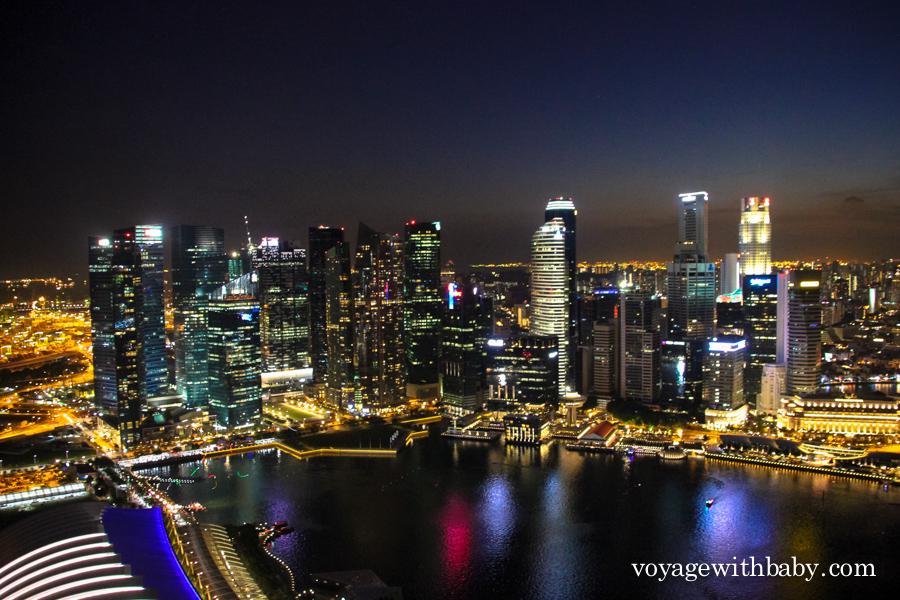 Вид на небоскребы Сингапура с крыши отеля Marina Bay Sands