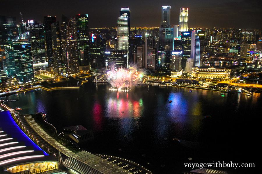 Фейерверк около залива Marina Bay в Сингапуре