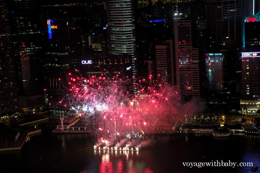 Фейерверк около небоскребов в Сингапуре