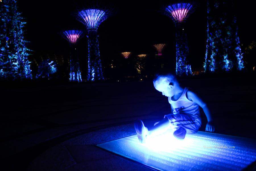 Саша изучает подсветку в Gardens by the Bay
