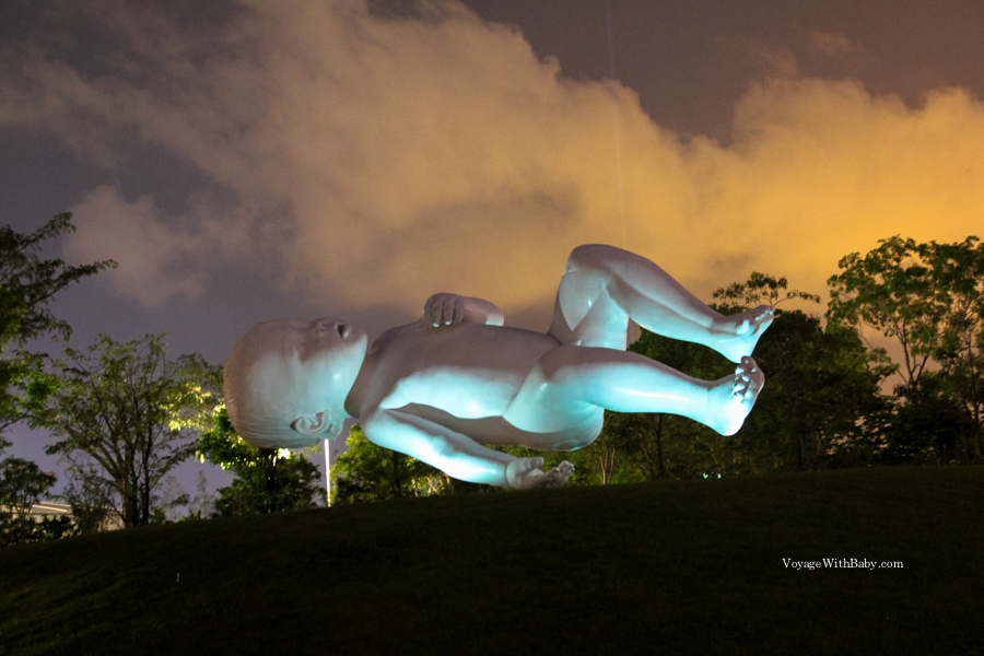 Статуя гигандского ребенка в Сингапуре
