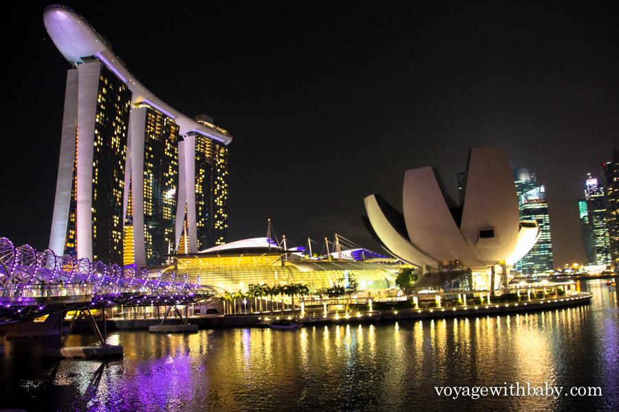 Мост Хеликс, отель Марина Бэй Сэндс и музей науки и искусства в Сингапуре