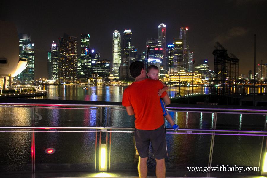 Смотровая площадке на мосту Хеликс, вид на небоскребы Сингапура