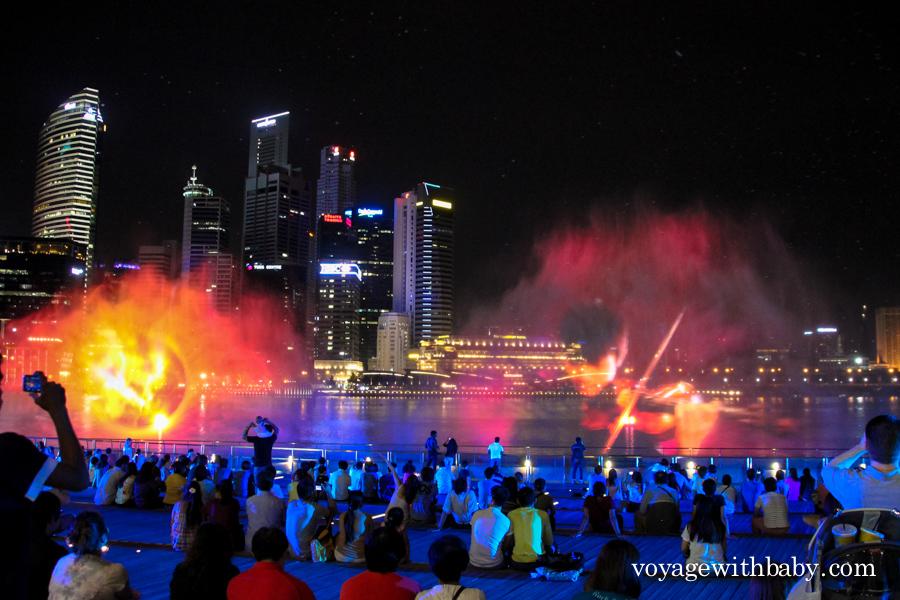 Шоу фонтанов около отеля Marina Bay Sands