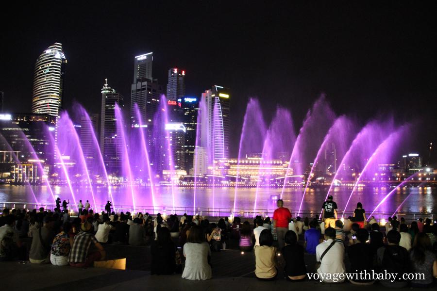 Шоу фонтанов около Marina Bay Sands