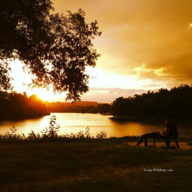 Влюбленные на берегу реки в Харькове