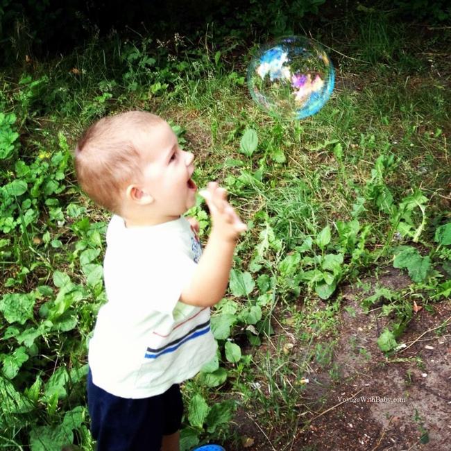 Саша очень любит пузыри! )
