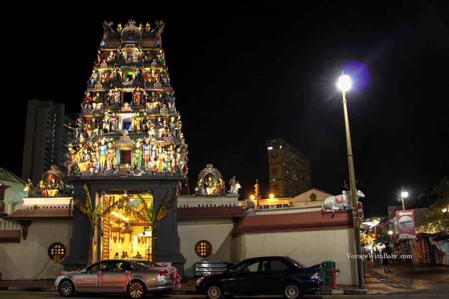 Индуистский храм Шри Мариамман в Сингапуре вечером