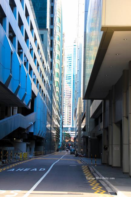 Узкие улицы между небоскребами в Сингапуре