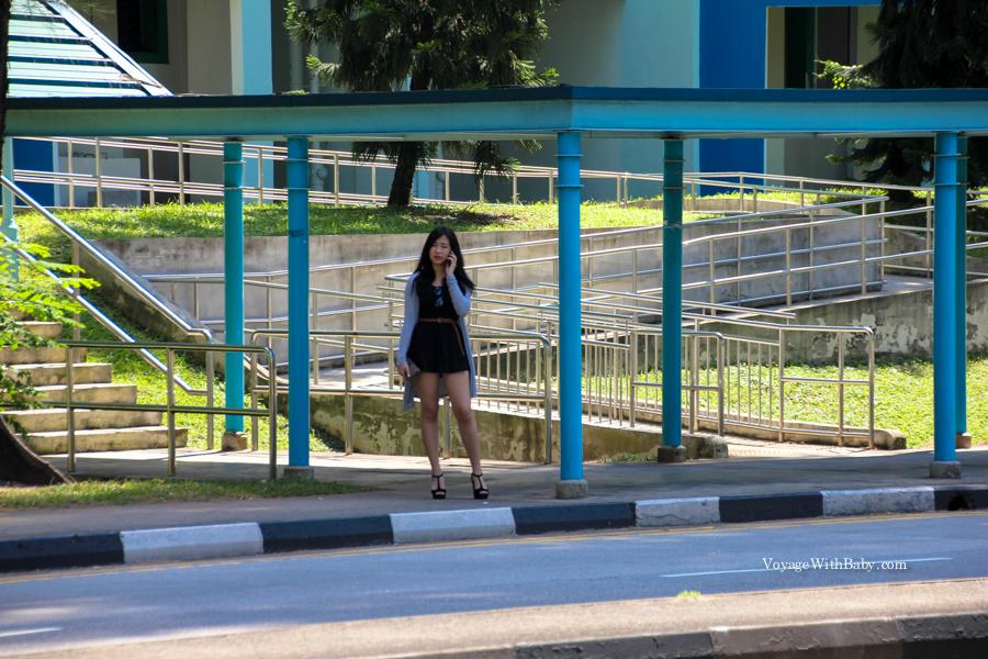 Девушка на остановке в Сингапуре