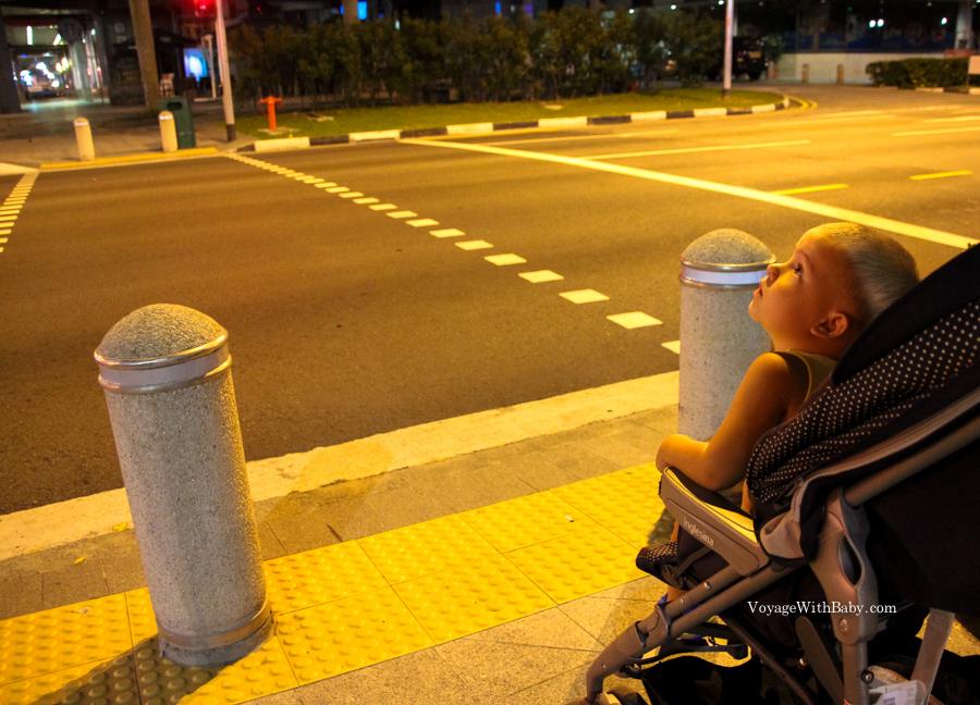 Саша смотрит на Сингапур