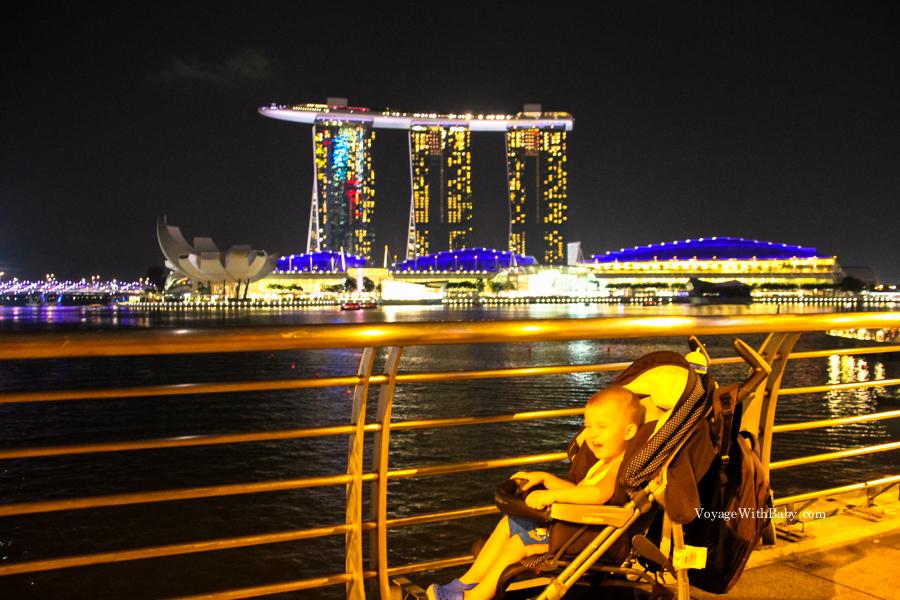 Ребенок на фоне Marina Bay Sands