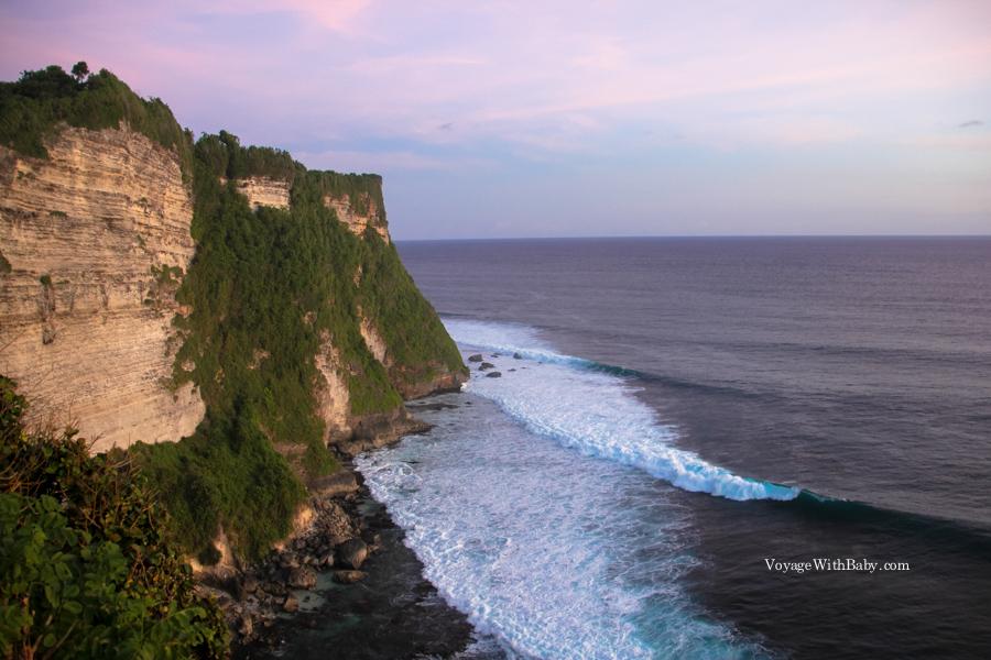 Океан, волны и скалы на Бали