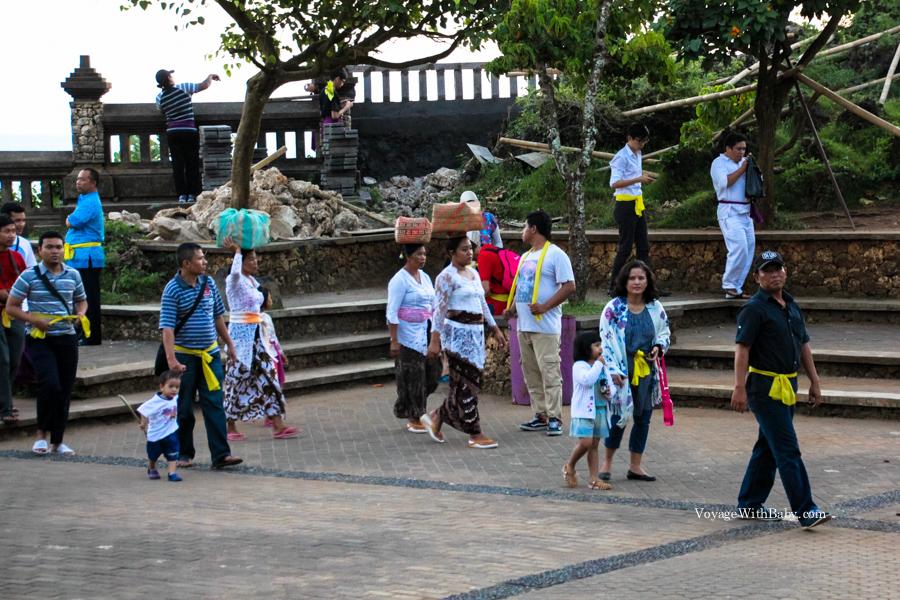 Балийцы в традиционных одеждах в храме Улувату