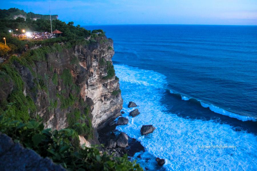 Скалы и волны в Улувату на Бали