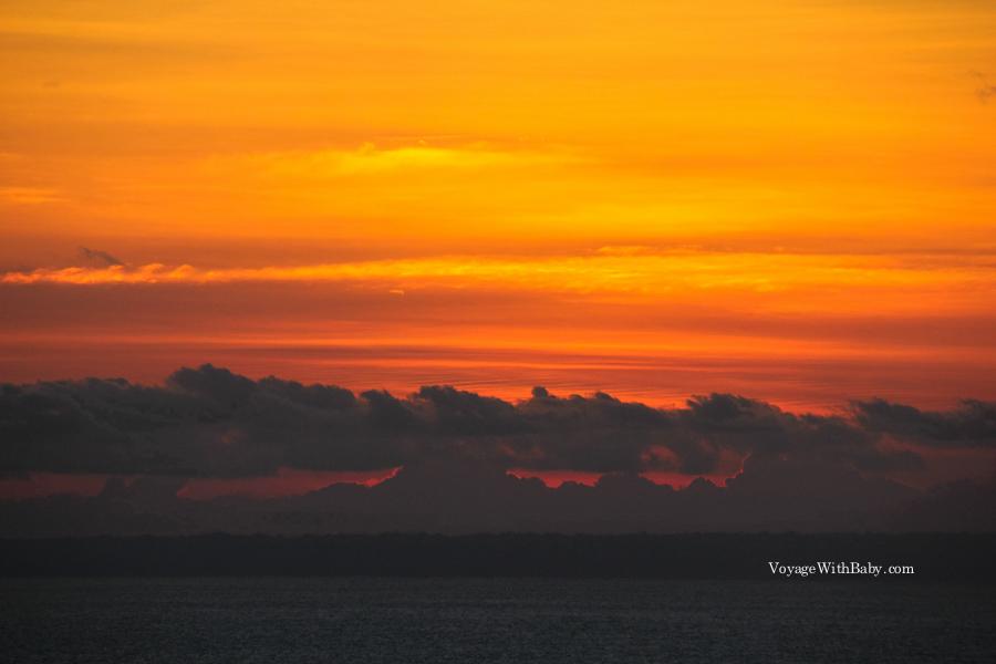 Красивый закат на острове Бали