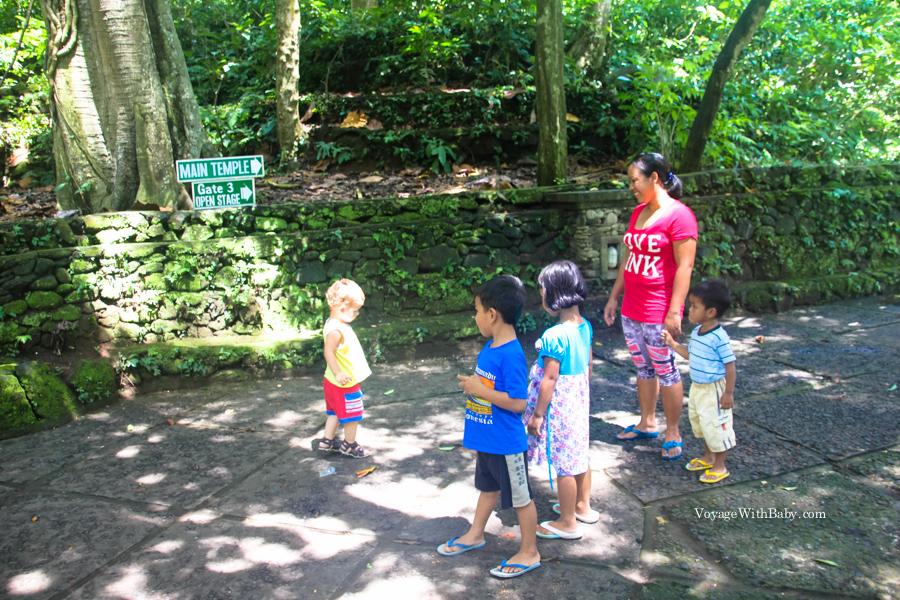 Балийские дети смотрят на белого ребенка
