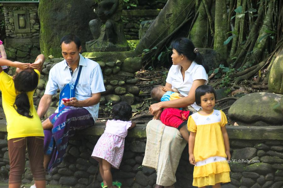 Балийская семья в лесу обезьян в Убуде