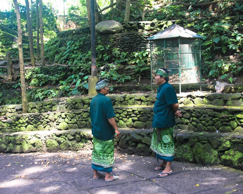 Смотрители леса обезьян в традиционных одеждах