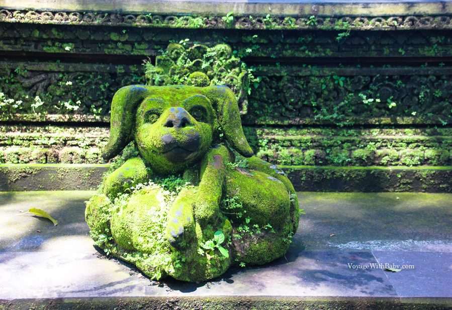 Статуи обросшие мхом в лесу обезьян на Бали