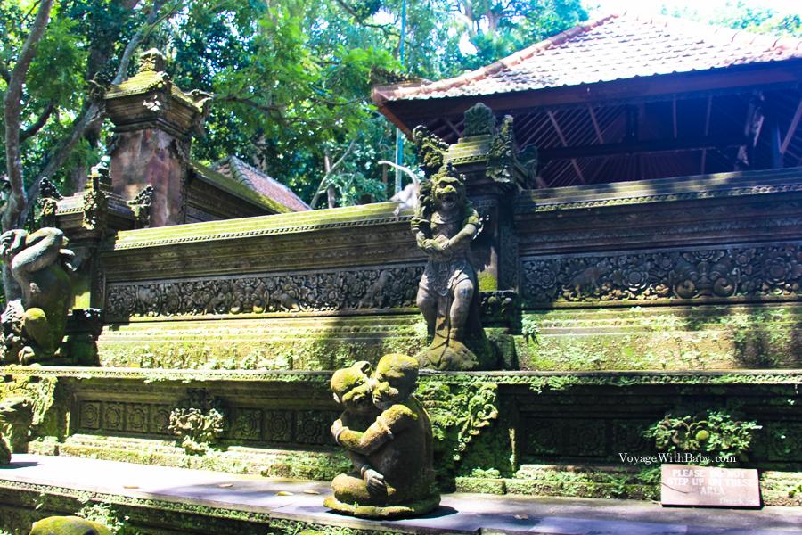 Стены храма в лесу обезьян на Бали