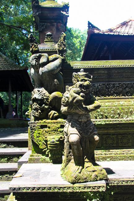 Статуя обросшая мхом на Бали
