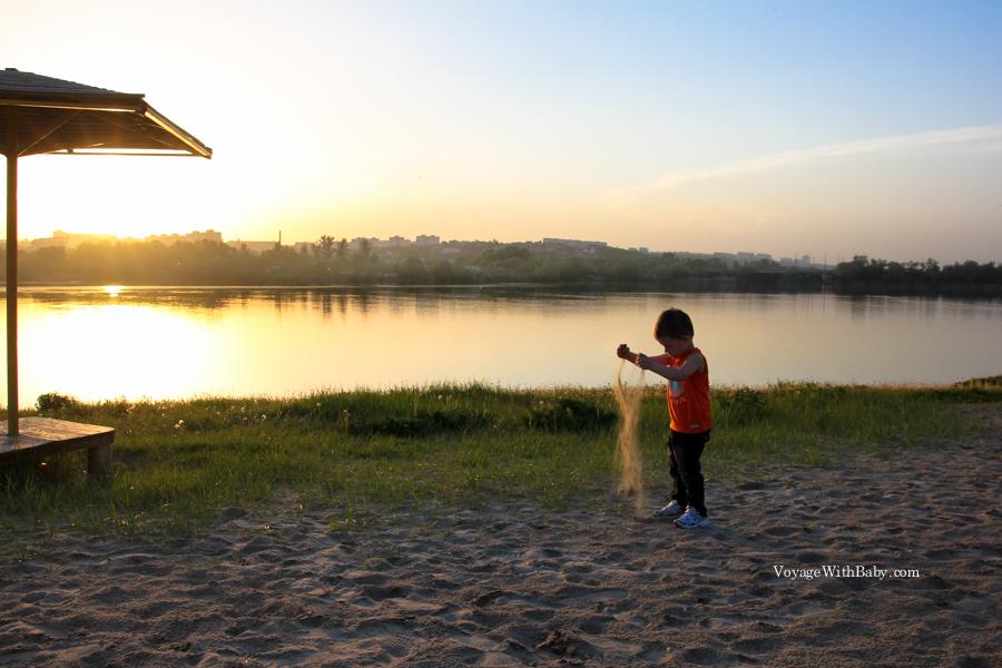 Мальчик играет с песком на закате. Харьков. Украина