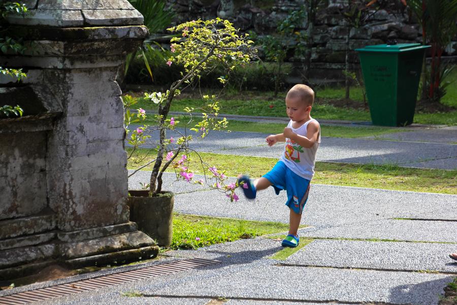 Чем занять ребенка в древнем храме )))))