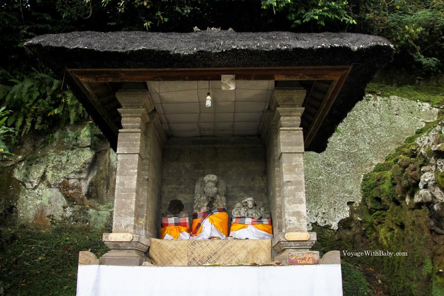 Статуи слева от слоновьей пещеры