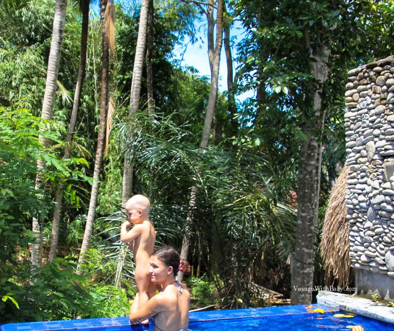 Бассейн с эффектом обрыва на Бали