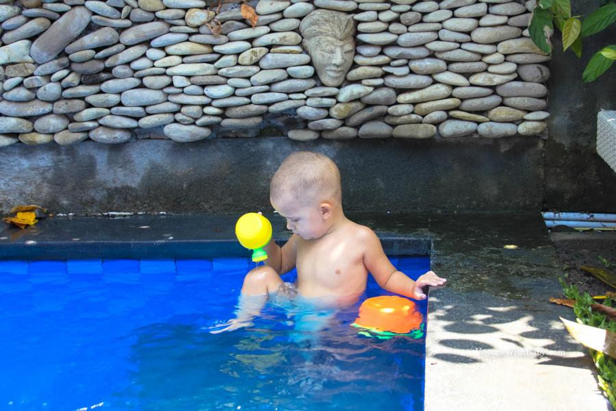 Ребенок в бассейне на Бали