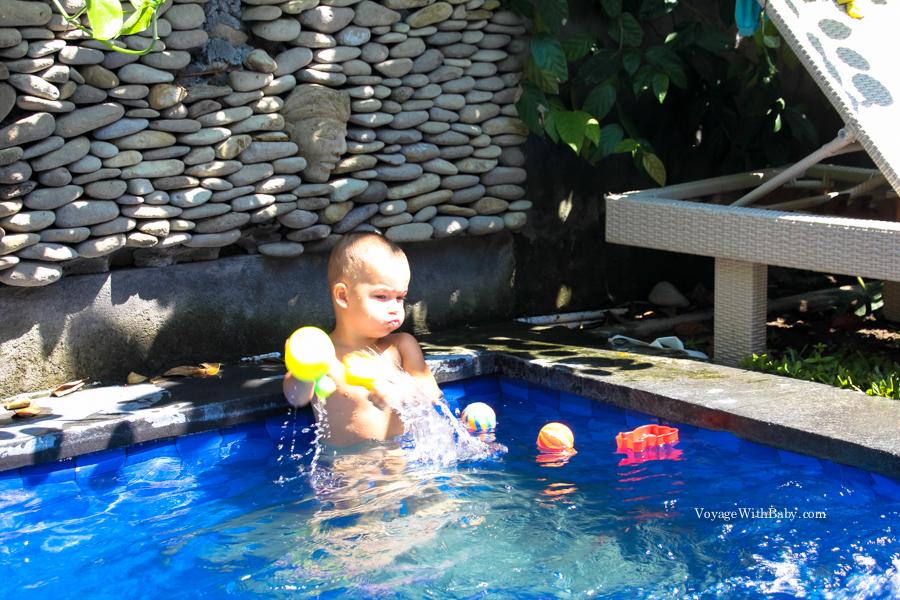 Саша купается