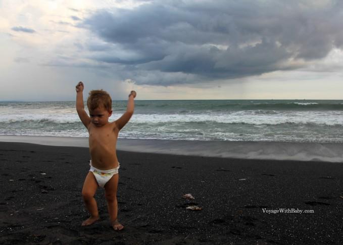 Пляж с черным песком Кетевел на Бали